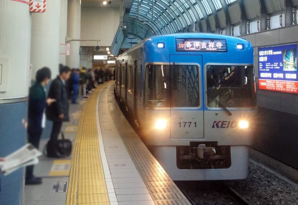 折り返し後各停となる電車だが、折り返し前が急行なので急行灯が点灯している。